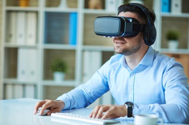 homme-casque-virtuel-en-ligne